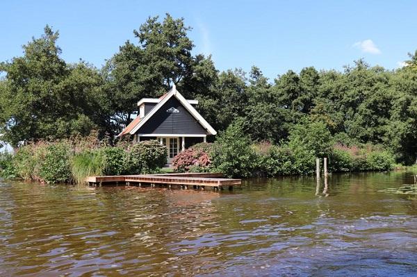 Afgelegen natuurhuisje per boot
