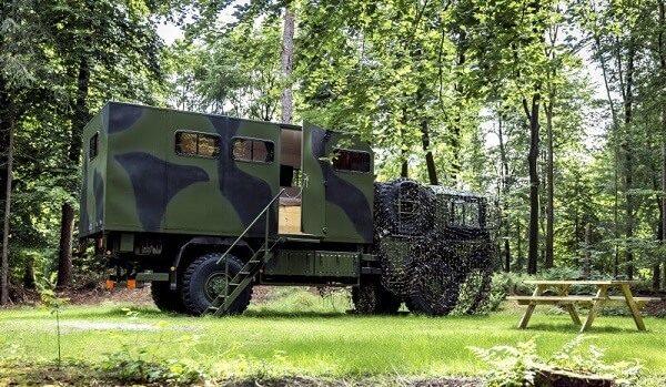 Camping met legertruck